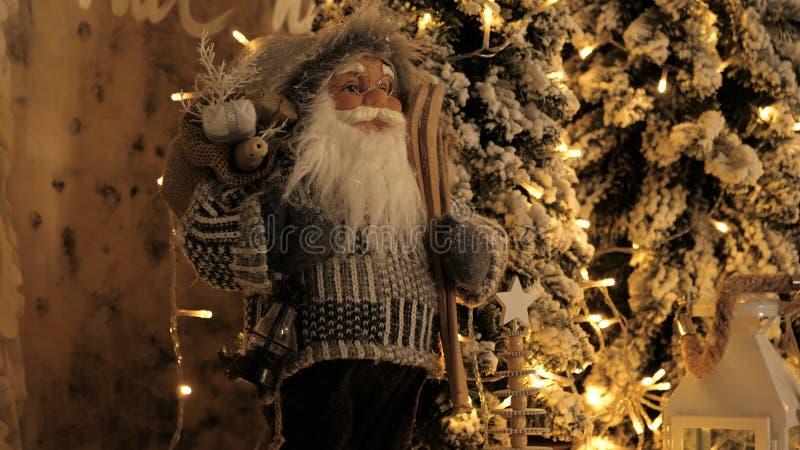 Decoração do Natal com ramos de árvore do Natal Conceito dos feriados de inverno Estilo retro Figura de Santa imagens de stock
