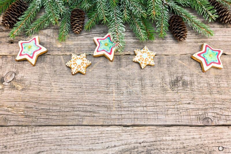 Decoração do Natal com ramos e cookies do abeto no pla de madeira fotos de stock royalty free