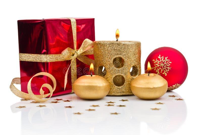 Decoração do Natal com velas douradas imagens de stock royalty free