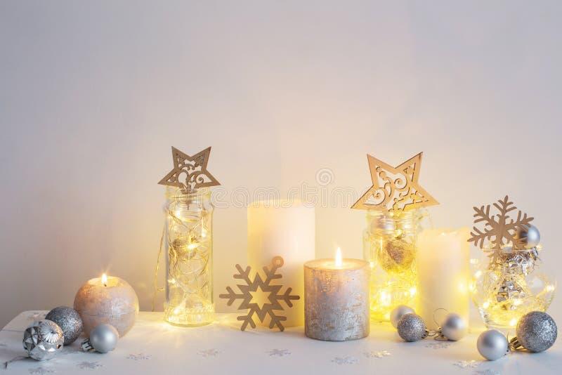 Decoração do Natal com velas na parede do fundo fotos de stock