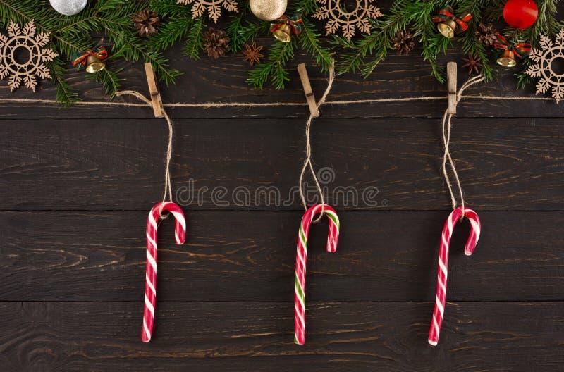 Decoração do Natal, corda da guita com bastões de doces Fundo do quadro da festão foto de stock