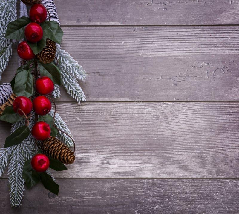 Decoração do Natal da árvore de abeto e do cone das coníferas no fundo de madeira textured foto de stock royalty free