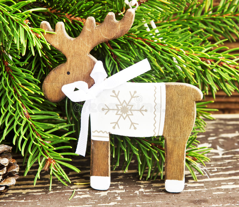 Decoração do Natal da rena do vintage e ramo de árvore de madeira do abeto fotos de stock