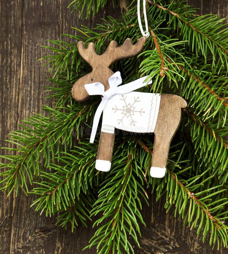 Decoração do Natal da rena do vintage e ramo de árvore de madeira do abeto imagem de stock