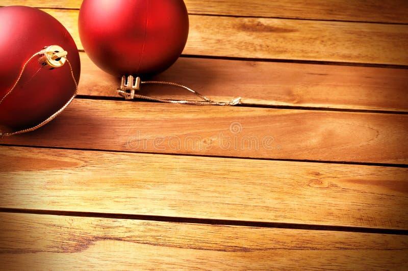 Decoração do Natal das bolas em uma diagonal superior das venezianas de madeira da tabela fotos de stock