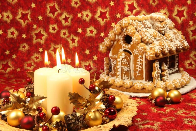 Decoração do Natal e casa de pão-de-espécie foto de stock