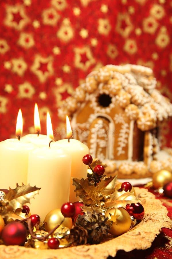 Decoração do Natal e casa de pão-de-espécie imagens de stock