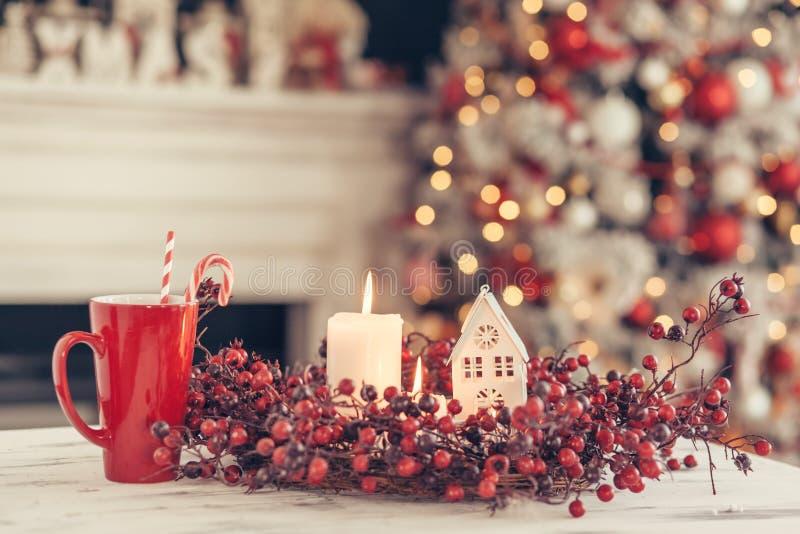 Decoração do Natal em uma tabela sobre luzes borradas imagem de stock royalty free