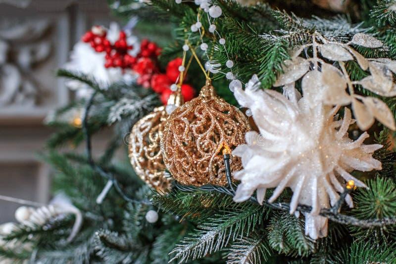 Decoração do Natal na árvore Filial de árvore do Natal com esfera E fotos de stock