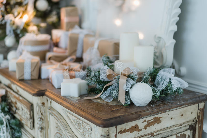 Decoração do Natal na caixa da cômoda do vintage antigo de gavetas velha Presentes feitos à mão do ofício, candels e uma árvore n imagem de stock