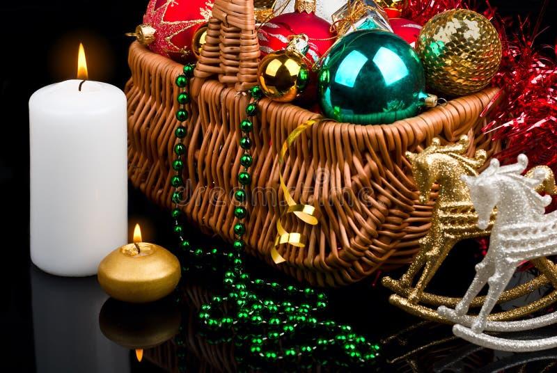 Decoração do Natal na cesta e em velas ardentes imagem de stock