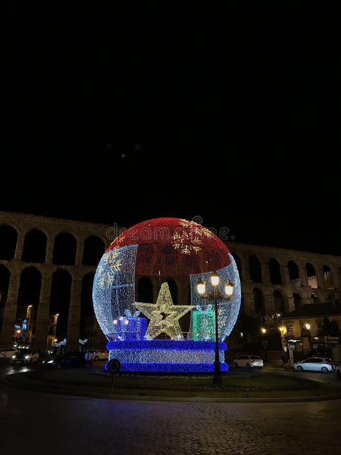 Decoração do Natal na frente do aqueduto de Segovia imagem de stock royalty free