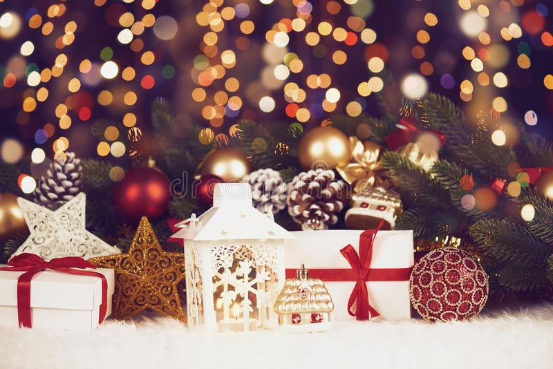 A decoração do Natal na obscuridade illumated o fundo com luzes do boke, presentes, bola do xmas, cone e o outro objeto, conceito imagens de stock royalty free
