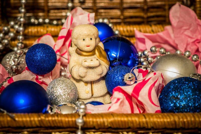 Decoração do Natal no fundo morno com pouco anjo fotografia de stock
