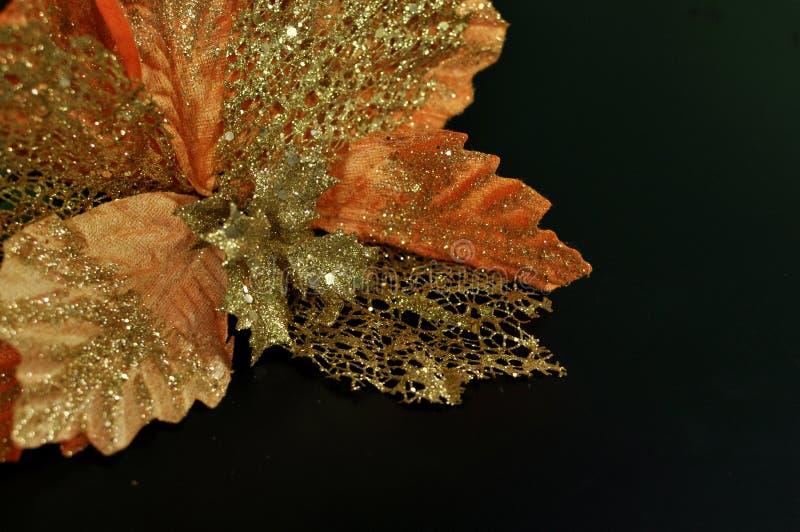 Decoração do Natal que representa uma flor artificial dourada fotografia de stock