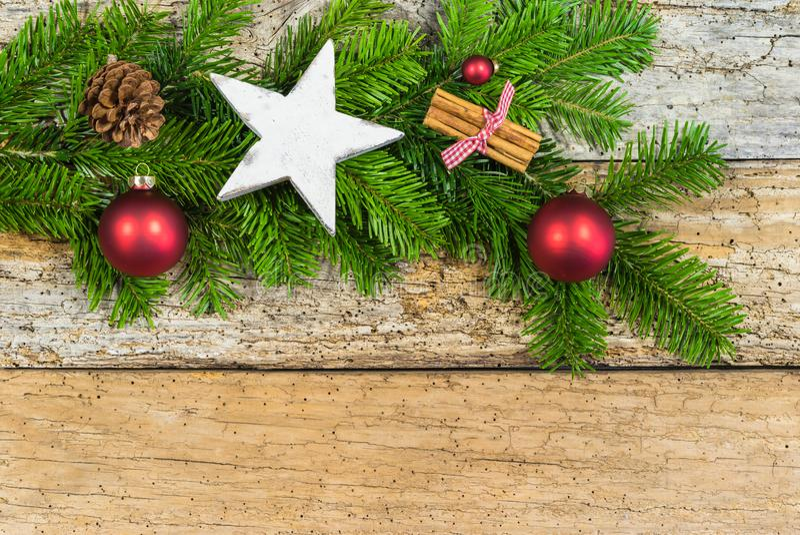 Decoração do Natal, ramos de árvore do abeto com forma da estrela e ornamento no fundo de madeira imagens de stock royalty free