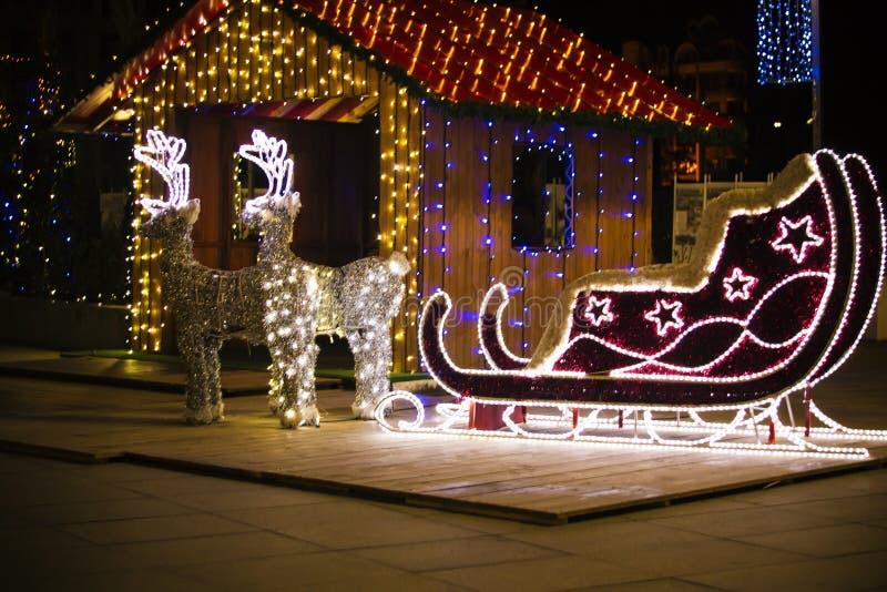 Decoração do Natal - rena e trenó Luzes de Natal Noite de Natal Trenó brilhantemente iluminado foto de stock royalty free