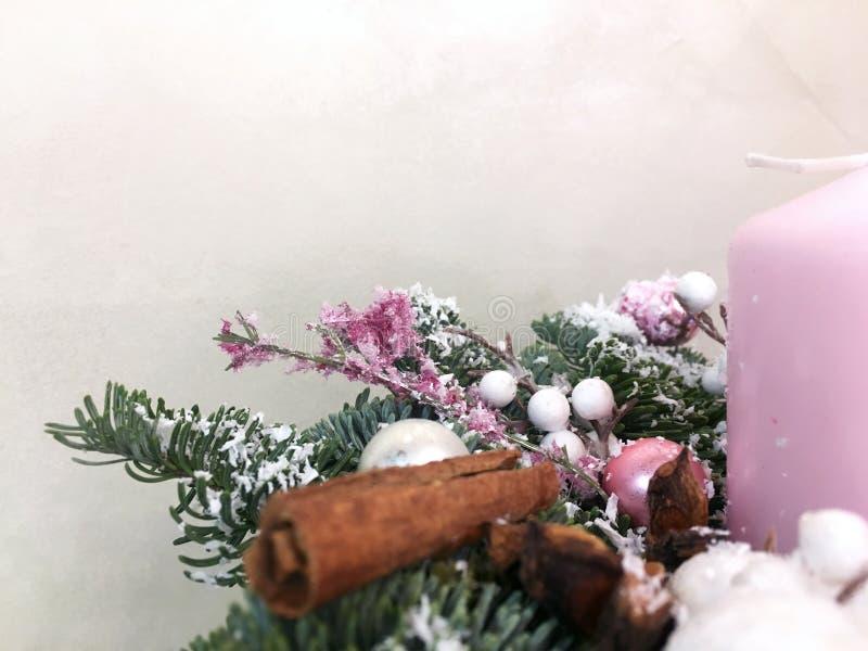 Decoração do Natal sobre o fundo branco Ano novo, ramalhete do Natal na tabela, árvore de Natal no fundo imagem de stock