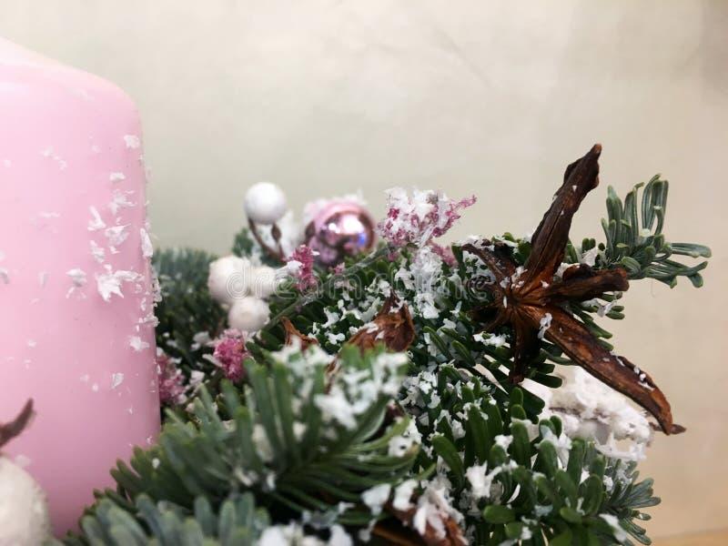 Decoração do Natal sobre o fundo branco Ano novo, ramalhete do Natal na tabela, árvore de Natal no fundo fotografia de stock