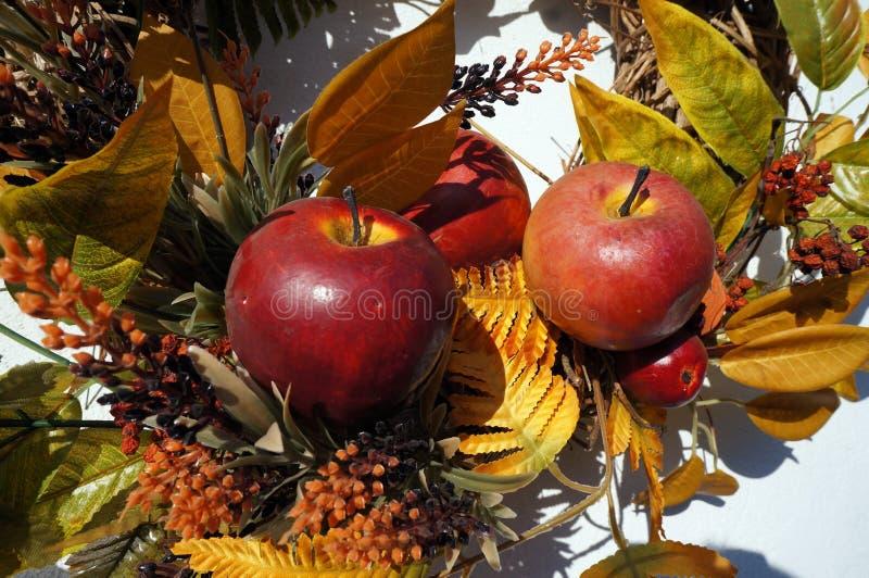 Decoração do outono, grinalda, folhas coloridas, alaranjado e amarelo, maçãs foto de stock royalty free