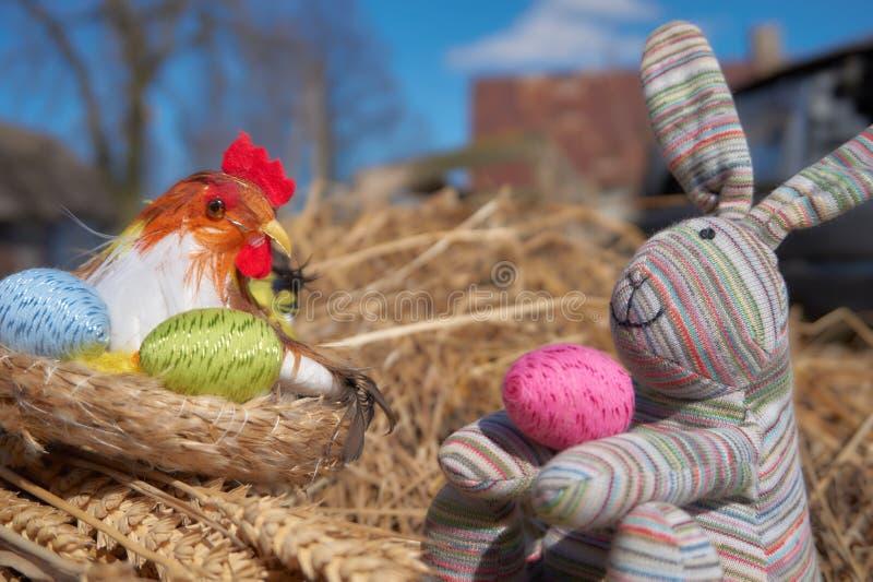 Decoração do pintainho da Páscoa, ovos da páscoa coloridos, coelho fotografia de stock royalty free