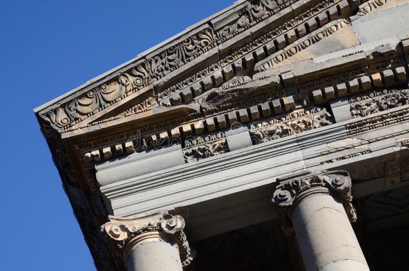 Decoração do telhado antigo do templo de Garni, Armênia, herança do unesco imagens de stock royalty free