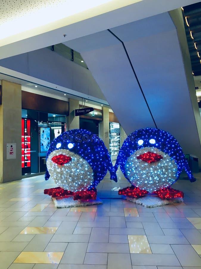 Decoração dos pinguins do Natal no panorama do shopping foto de stock royalty free