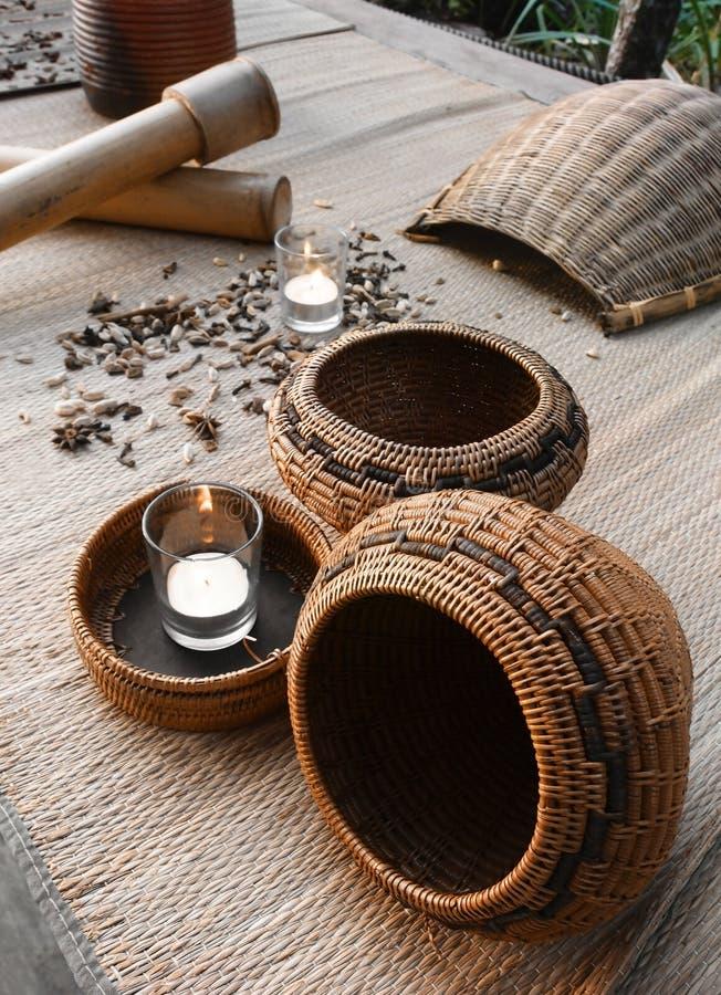 Decoração dos termas das especiarias e das cestas do rattan foto de stock royalty free