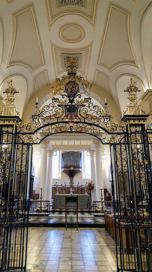 Decoração dourada da igreja imagens de stock