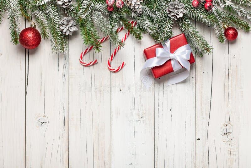 Decoração e caixas de presente do Natal no fundo de madeira fotografia de stock