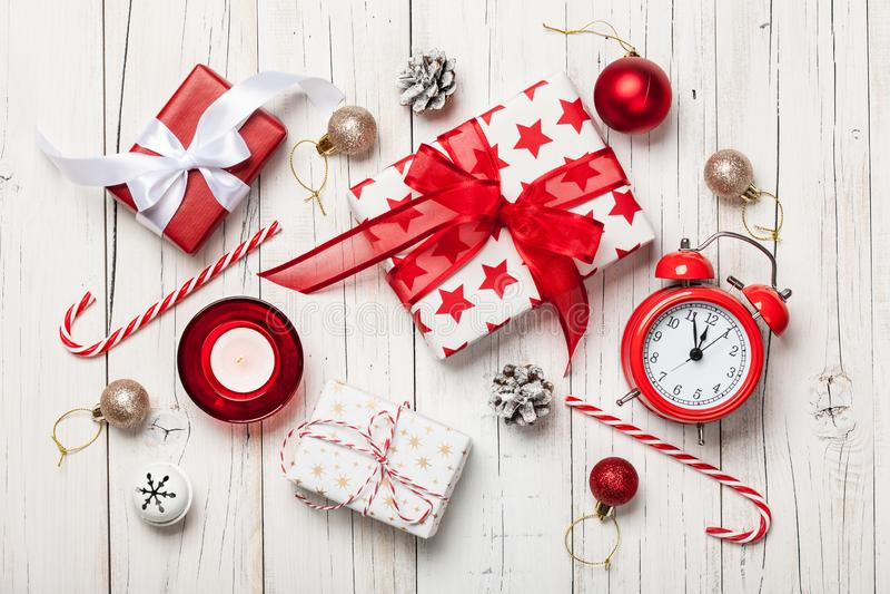 Decoração e caixas de presente do Natal no fundo de madeira imagens de stock