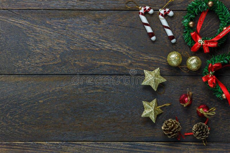Decoração e ornamento de Chrismas no fundo de madeira w fotografia de stock royalty free
