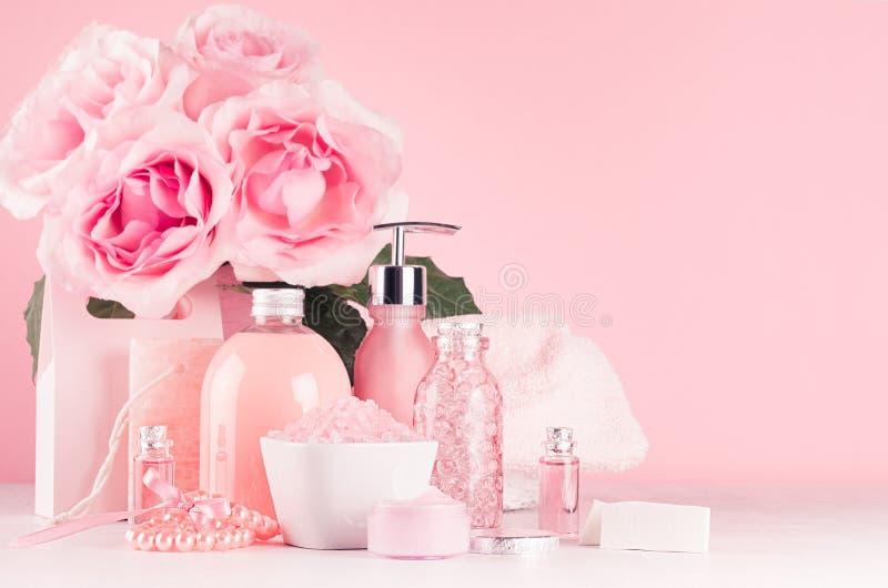 Decoração elegante para a tabela de pingamento de menina romântica - cosméticos diferentes do banho e dos termas, acessórios, ram fotos de stock royalty free