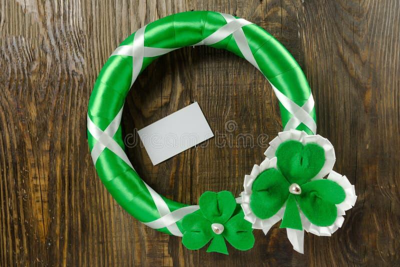 Decoração em sua porta para comemorar o dia do ` s de St Patrick Copie a pasta fotografia de stock