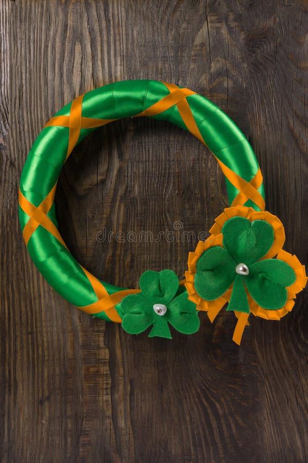 Decoração em sua porta para comemorar o dia do ` s de St Patrick Copie a pasta fotos de stock