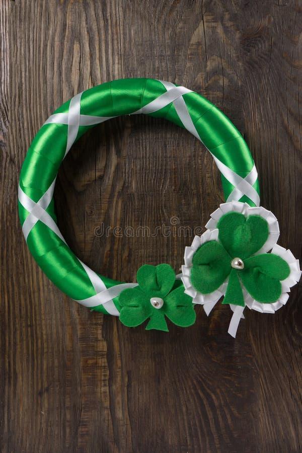 Decoração em sua porta para comemorar o dia do ` s de St Patrick Copie a pasta fotos de stock royalty free