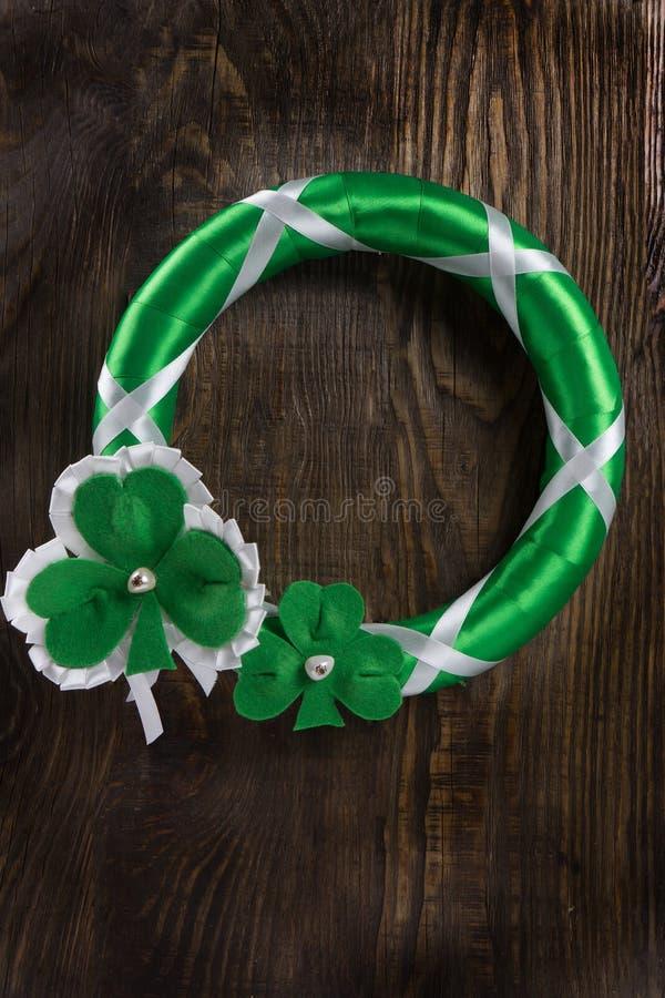 Decoração em sua porta para comemorar o dia do ` s de St Patrick Copie a pasta foto de stock