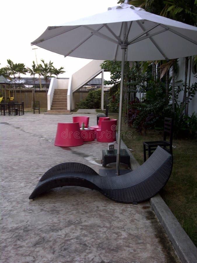 Decoração exterior da cadeira de sala de estar do projeto moderno e do guarda-chuva de praia imagem de stock