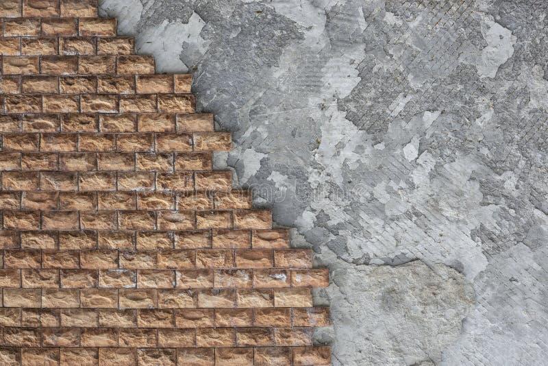 Decoração exterior das paredes da casa com uma pedra marrom fotografia de stock