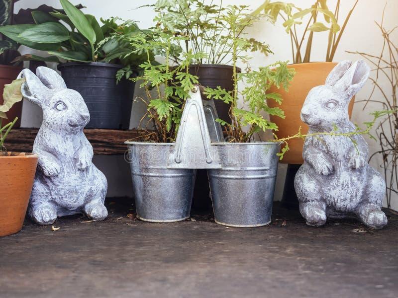 Decoração exterior do jardim dos potenciômetros de Bunny Sculpture Plant dos coelhos imagens de stock