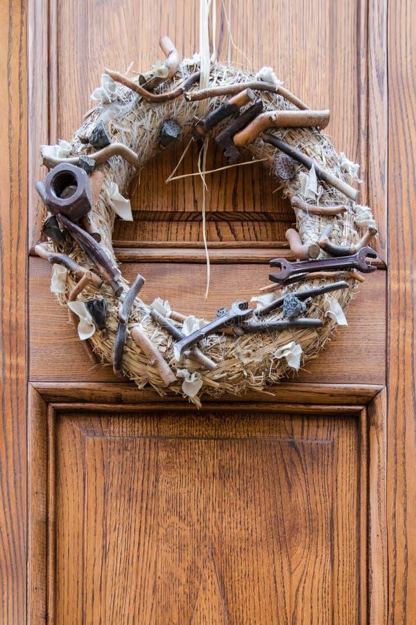 Decoração exterior na porta grinalda decorativa dos modelos das ferramentas fotografia de stock