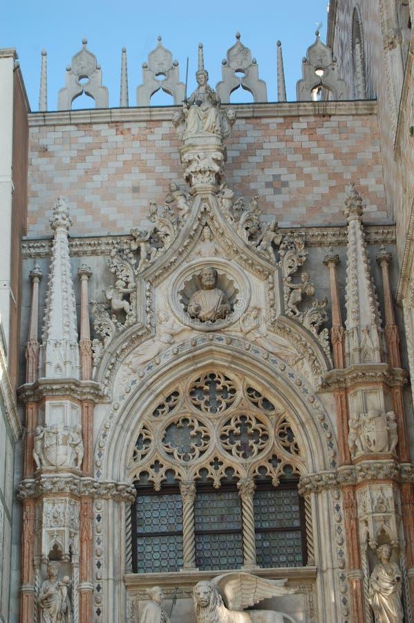 Decoração fantasticamente bonita de uma construção histórica em Veneza, Itália fotos de stock
