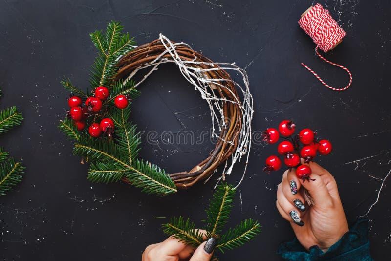 Decoração feito a mão da grinalda da vinha do Natal com ramos naturais do abeto vermelho fotos de stock royalty free