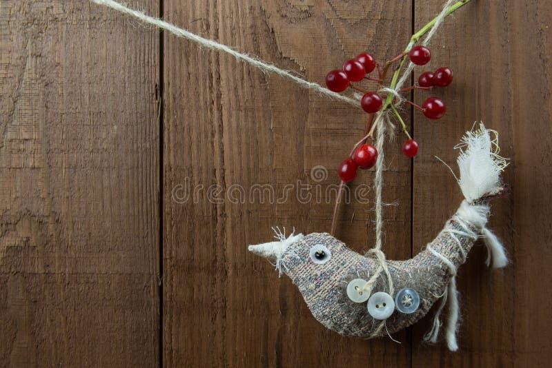 Decoração feito a mão do Natal do pássaro do estilo nórdico com bagas vermelhas fotografia de stock
