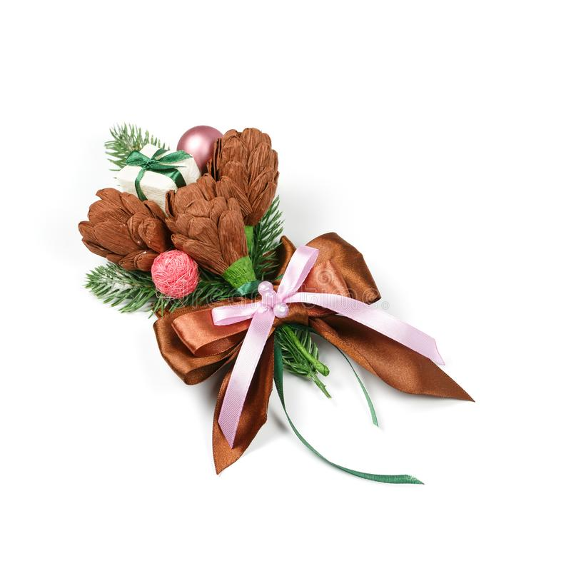 Decoração feito a mão original para um presente sob a forma de três flores marrons do papel e dos galhos spruce no fundo branco imagem de stock