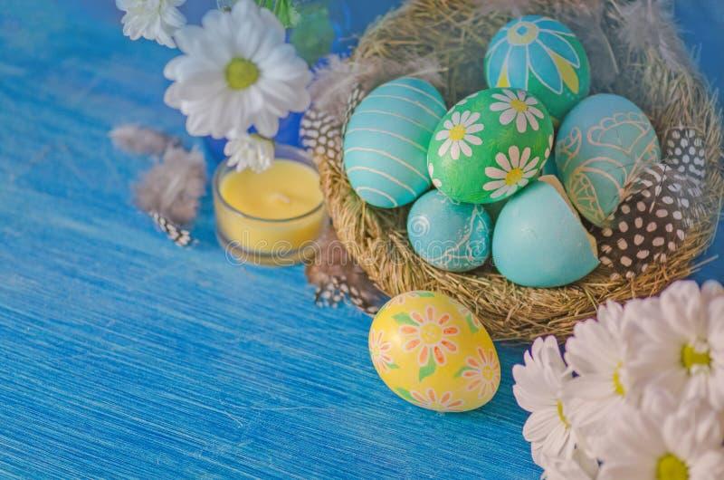 Decoração feliz de easter Ovos de Easter Handmade coloridos fotografia de stock