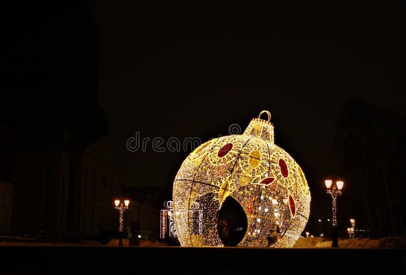 Decoração festiva da cidade pelo Natal e o ano novo Paisagem urbana Fundo bonito fotos de stock