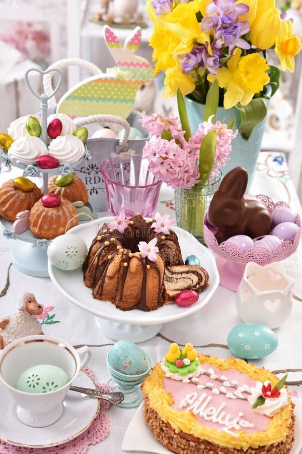 Decoração festiva da tabela com pastelarias tradicionais de easter e c imagens de stock royalty free