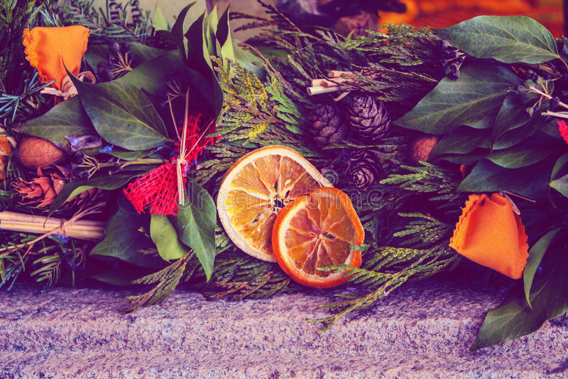 Decoração festiva do ano novo da grinalda do Natal na rua imagem de stock royalty free