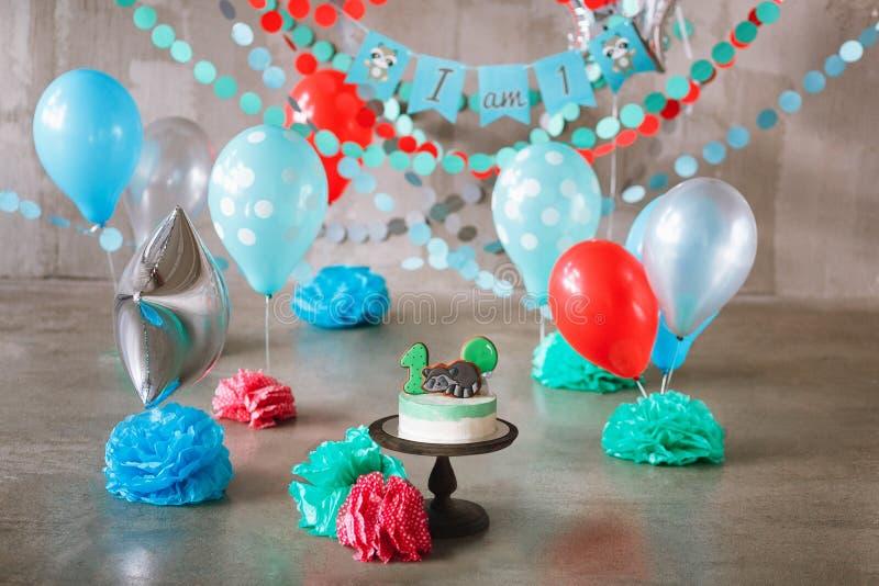 Decoração festiva do fundo para a celebração do aniversário do bebê com conceito do ano da quebra gourmet do bolo primeiro imagens de stock